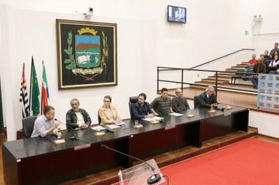Após cobrança dos vereadores e a realização de Audiência Pública, Prefeitura apresenta soluções para iluminação pública em Pindamonhangaba