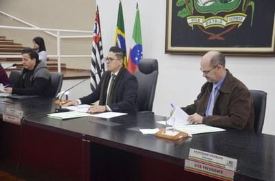 Câmara aprova convênios no valor de R$ 9 milhões para asfaltamento de ruas e aquisição de máquina pavimentadora para asfalto