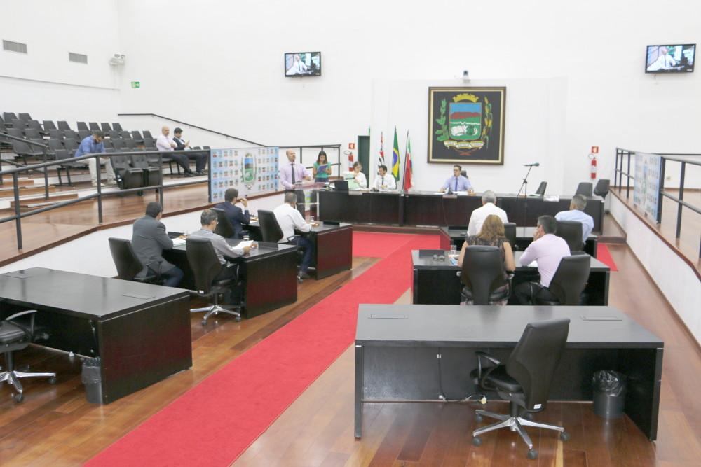 Concessionárias devem retirar fios inutilizados nos postes, prevê Projeto de Lei aprovado pela Câmara de Pindamonhangaba