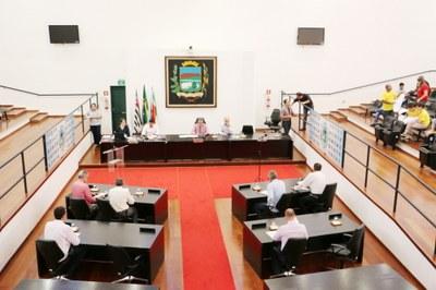 Parlamentares adiam projetos de denominações de vias públicas e aprovam nova estrutura da Casa, que fixa percentual mínimo de empregos em comissão