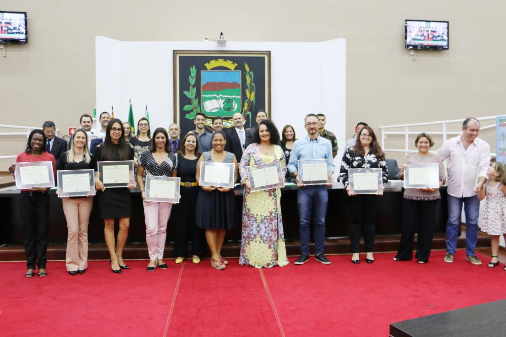 Professores são homenageados com Diplomas de Honra ao Mérito pela Câmara de Pindamonhangaba pela passagem do seu Dia